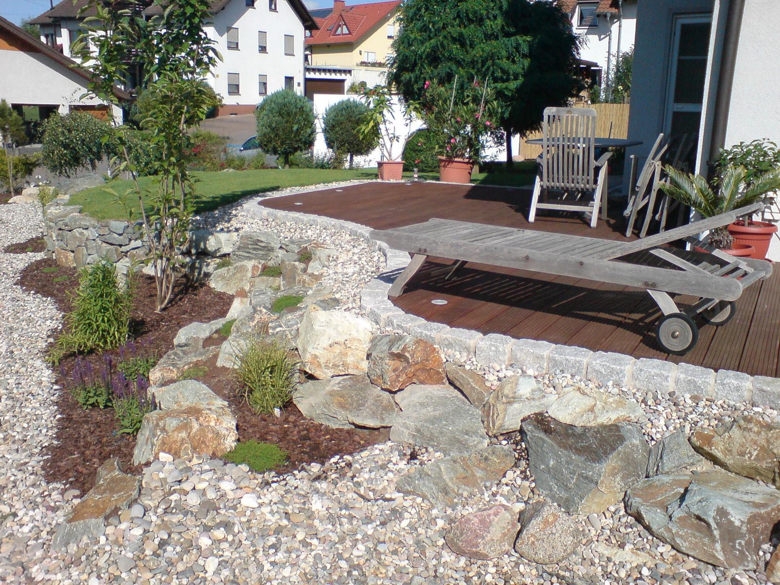 080814-terrasse-kies-felsen-pflanzen